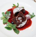 Помадка шоколада с сладостным соусом ягоды Стоковые Изображения RF