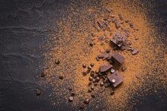 помадки десерта шоколада предпосылки темные белые Части и падения шоколада, бурого пороха на черноте Стоковая Фотография RF