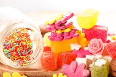Помадки и конфеты на деревянном столе Стоковые Изображения RF