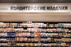 Помадки и шоколады на собственных личностях в продовольственн продовольственном Стоковое фото RF