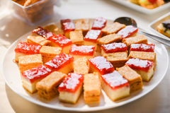 помадки, который служат на таблице на вечеринке по случаю дня рождения Стоковая Фотография RF