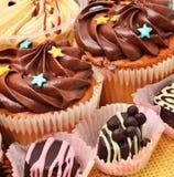 Помадки Сhocolate, булочки и зерна кофе Стоковая Фотография