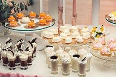 Помадки шоколада белые и оранжевые на позолоченной бумаге на свадьбе candybar Стоковое Фото