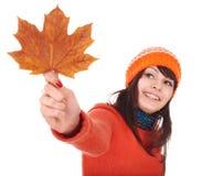 помеец клена листьев удерживания девушки осени Стоковое Изображение RF