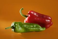 помеец предпосылки зеленый над перцами красными Стоковое Фото