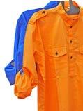 Померанцовая и голубая рубашка людей Стоковое Фото