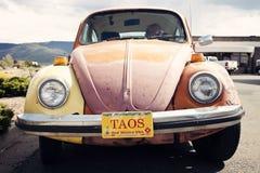 Померанцовое Volkswagen Beetle увиденное в Taos, Неш-Мексико Стоковые Изображения RF