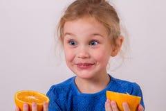 померанцы девушки плодоовощ ребенка счастливые домашние маленькие Стоковые Фотографии RF