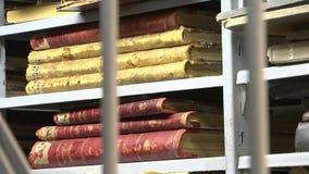 Поместите книги в архив, старые книги в библиотеке сток-видео