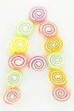 Пометьте буквами a написанное с кусками высушенных сладостных конфет Стоковые Фото