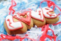 Пометьте буквами печенья на день ` s валентинки или на день свадьбы на предпосылке заполнителя сини и белой бумаги Стоковое Изображение