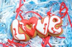 Пометьте буквами печенья на день ` s валентинки или на день свадьбы на предпосылке заполнителя сини и белой бумаги Стоковая Фотография RF