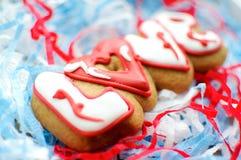 Пометьте буквами печенья на день ` s валентинки или на день свадьбы на предпосылке заполнителя сини и белой бумаги Стоковое фото RF