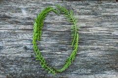Пометьте буквами o от листьев на деревянной поверхности Стоковые Изображения RF
