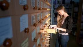 помещает руки в архив шкафа заполняя ища студента Студент ища от a сток-видео