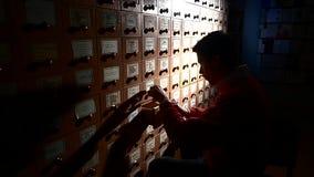 помещает руки в архив шкафа заполняя ища студента Студент силуэта акции видеоматериалы