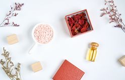Помещенная бутылка масла, содержит естественные выдержки в ингридиентах и красивом красном заполнении Стоковое Изображение