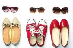Помещенные ботинки и солнечные очки на стилях предпосылки белизны - образах жизни Стоковое Изображение RF