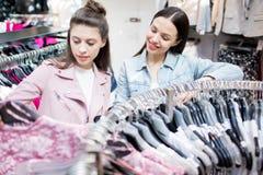 Помогать выбрать одежды Стоковые Фотографии RF