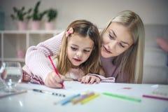 Помогать в образовании мать дочи домашняя Стоковые Фото