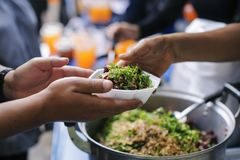 Помогать разрешить голод от гуманитария людей в обществе: публикация еды концепций стоковые фотографии rf