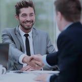 помогать руки 2 бизнесмены тряся руки в офисе Стоковые Изображения