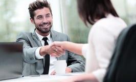 помогать руки 2 бизнесмены тряся руки в офисе Стоковые Фотографии RF