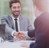 помогать руки 2 бизнесмены тряся руки в офисе Стоковое Фото