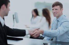 помогать руки 2 бизнесмены тряся руки в офисе Стоковые Изображения RF