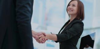 помогать руки 2 бизнесмены тряся руки в офисе Стоковые Фото
