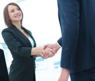 помогать руки 2 бизнесмены тряся руки в офисе Стоковое Изображение RF