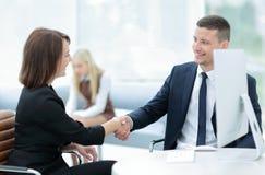 помогать руки 2 бизнесмены тряся руки в офисе Стоковая Фотография