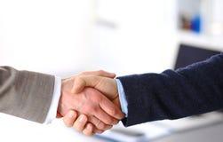 помогать руки Бизнесмен 2 тряся руки друг с другом в офисе Стоковые Фотографии RF