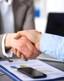 помогать руки руки бизнесмена трястия 2 Стоковые Фотографии RF
