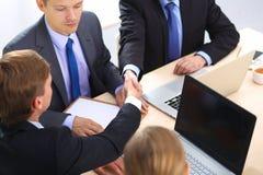 помогать руки руки бизнесмена трястия 2 Стоковые Изображения RF