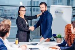 помогать руки Рукопожатие дела и бизнесмены концепции Стоковое Изображение RF