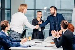 помогать руки Рукопожатие дела и бизнесмены концепции Стоковые Фото