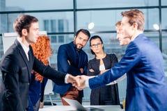 помогать руки Рукопожатие дела и бизнесмены концепции Стоковая Фотография RF