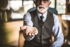 помогать руки Старший бизнесмен Фокус в наличии стоковые изображения
