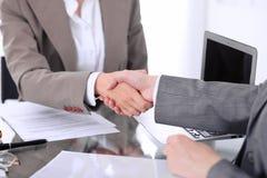 помогать руки 2 юриста женщин трясут руки после встречать или переговоров Стоковые Изображения