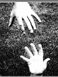 помогать руки стоковое фото