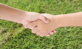 помогать руки Стоковое Изображение