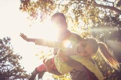 Помогающ его дочери витайте! Счастливый отец стоковая фотография rf