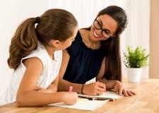 помогая домашняя работа Стоковые Изображения