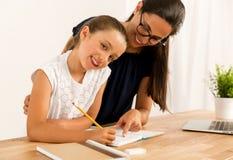 помогая домашняя работа Стоковая Фотография