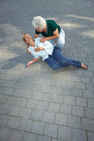 помогая женщина старшия прохожего стоковое изображение
