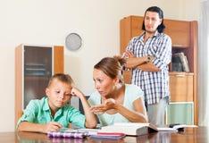 помогая домашняя работа Стоковое фото RF