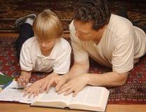 помогая домашняя работа Стоковые Фотографии RF