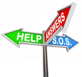Помогите поддержать трехсторонние знаки улицы для помощи и направления Стоковое фото RF
