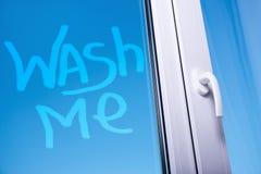 Помойте меня слова на пакостном окне Стоковая Фотография RF